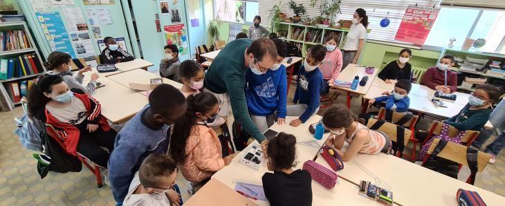 Atelier de montage de microcapteurs par les élèves du programme «Les Jeunes Sentinelles de l'Air» dans le Pays de Grasse